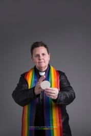 """Shanon.(reverenda y activista LGBT). """"Siempre he conocido a Dios. No conozco un momento de mi vida en el que Dios no formara parte de ella. Dios me creo para ser plena, esto es una parte importante en mi vida, tanto mi camino de fe como mi viaje de género. Los dos van de la mano""""."""